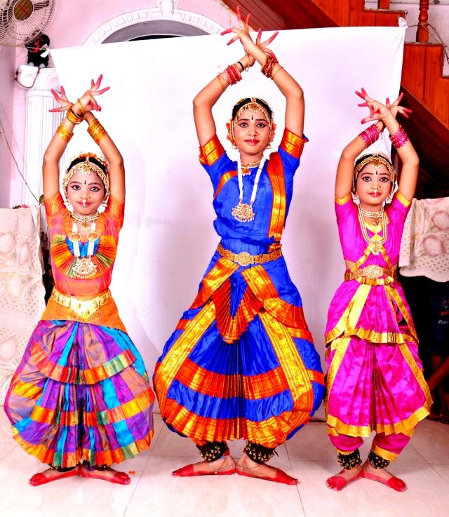 செல்வி S. VAISHNAVI MEHA, செல்வி. R. MIRUDULA MAHALAKSHMI மற்றும் R. VRITTHI VEENA VARSHINI